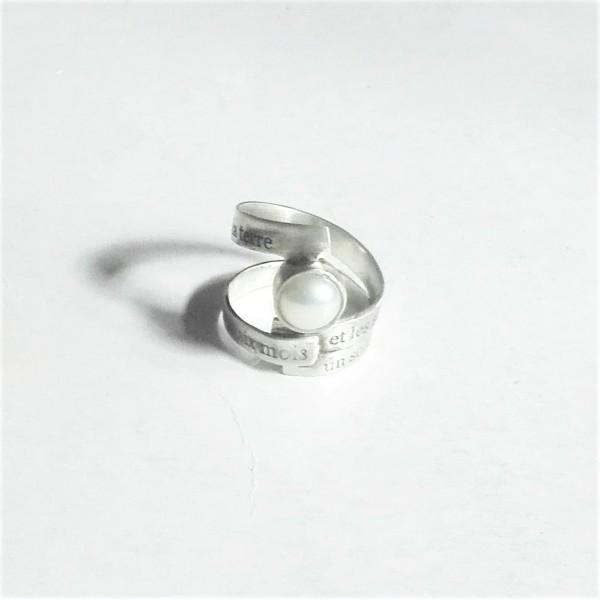 Δαχτυλίδι ασημένιο με χαραγμένους στίχους του Baudelaire και μαργαριτάρι Chari-1